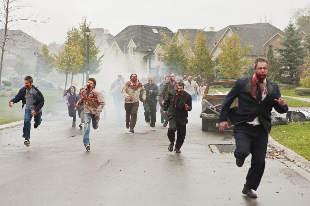 Die Zombies sind los ... - Bildquelle: 2011Davis Films/Impact Pictures (RE5) Inc. and Constantin Film International GmbH.