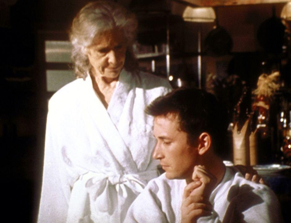 Tante Millicent (Frances Sternhagen, l.) unterbricht Carters (Noah Wyle, r.) schlaflose Nächte in der Küche. - Bildquelle: TM+  2000 WARNER BROS.