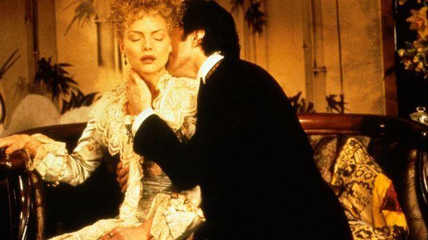 Bei ihrem heimlichen treffen fällt Newland Archer (Daniel Day-Lewis, r.) über...