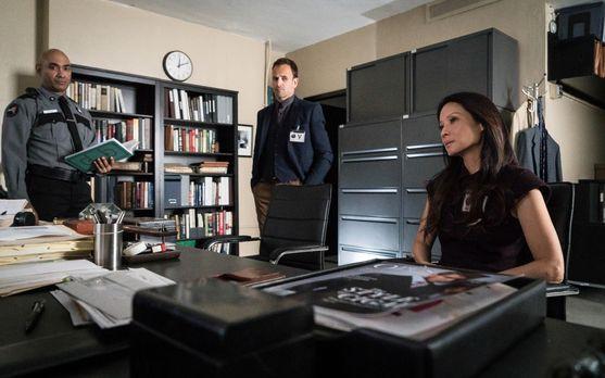 Elementary - Joan (Lucy Liu, r.) und Sherlock (Jonny Lee Miller, M.) bekommen...
