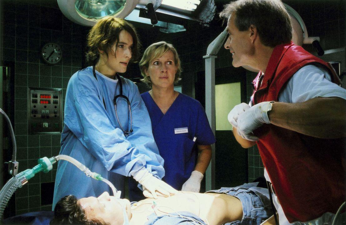 """Für """"Esoterik-Kram"""" hat die pragmatische Ärztin Susanne (Margrit Sartorius, r.) kaum etwas übrig. Doch dann wird ein mysteriöser Patient in die Klin... - Bildquelle: Volker Rohloff ProSieben"""