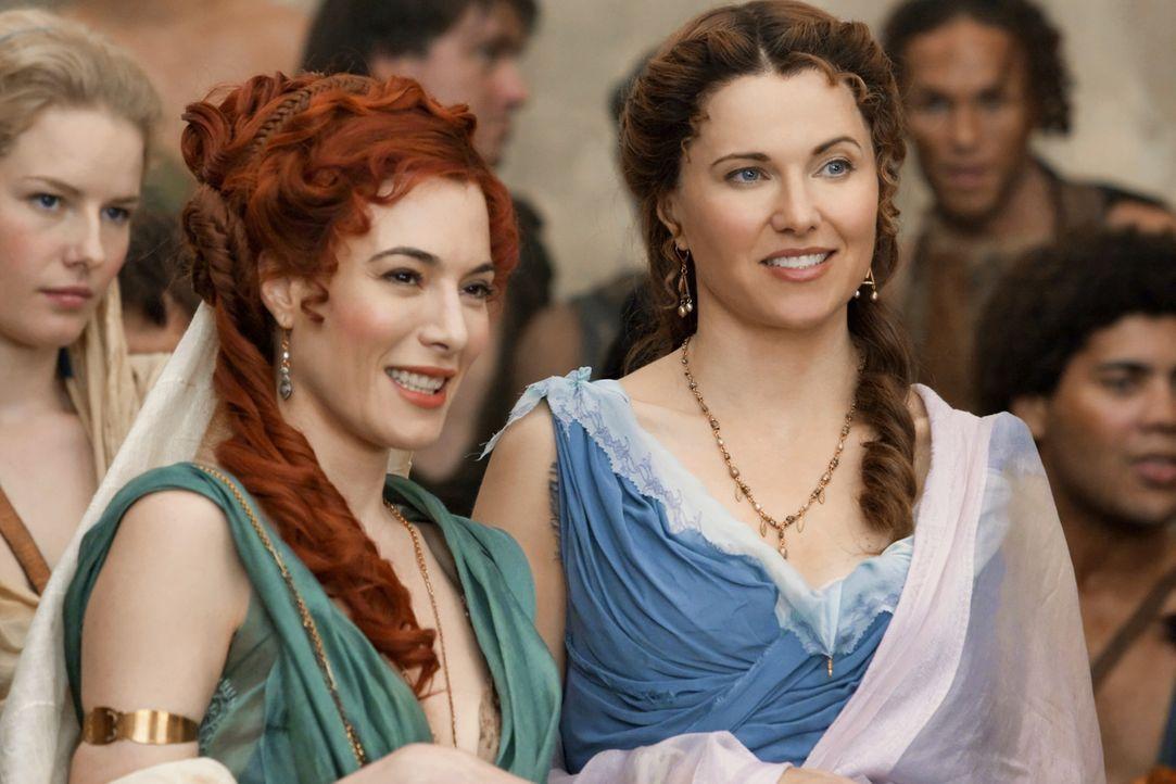 Genießen ihr Leben: Gaia (Jaime Murray, l.) und Lucretia (Lucy Lawless, r.) ... - Bildquelle: 2010 Starz Entertainment, LLC