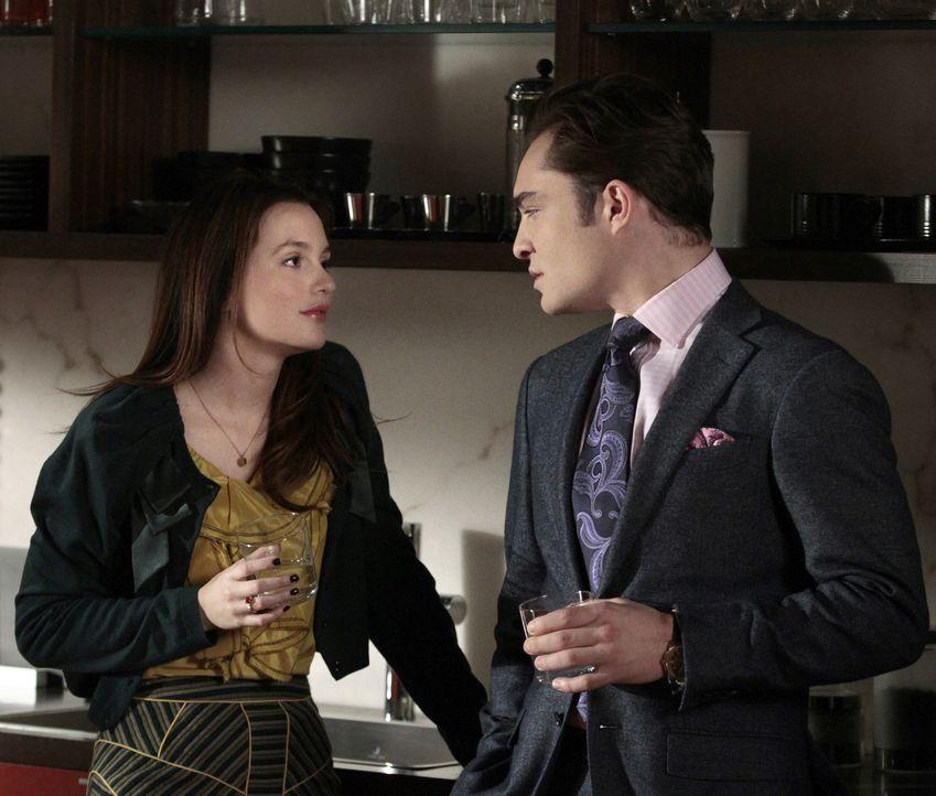 Während Blair (Leighton Meester, l.) versucht, Epperly und Nate zu verkuppeln, versucht Chuck (Ed Westwick, r.), Raina für sich zu gewinnen ... - Bildquelle: Warner Bros. Television