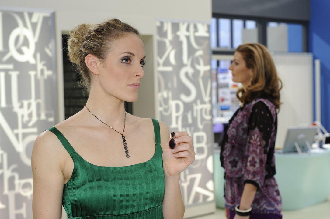 Maja (Barbara Lanz, l.) bekommt den Verdacht, dass Natascha (Franziska Matthus, r.) und David eine Affäre haben ... - Bildquelle: SAT.1
