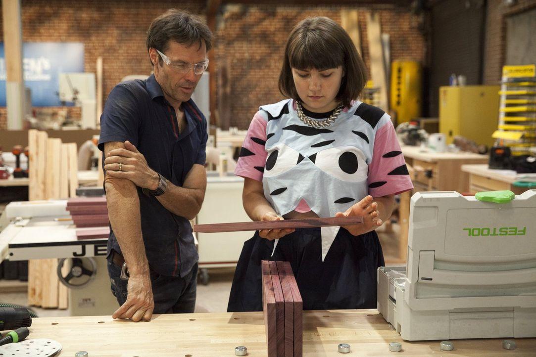 Katie (r.) und Karl (l.) machen sich zusammen an die Arbeit, um ihr letztes Möbelstück zu erschaffen ... - Bildquelle: 2015 Warner Bros.