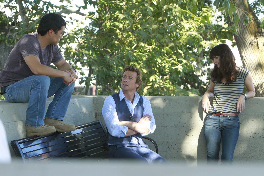 Ein neuer Fall beschäftigt Kimball (Tim Kang, l.), Patrick (Simon Baker, M.) und Teresa (Robin Tunney, r.) ... - Bildquelle: Warner Bros. Television