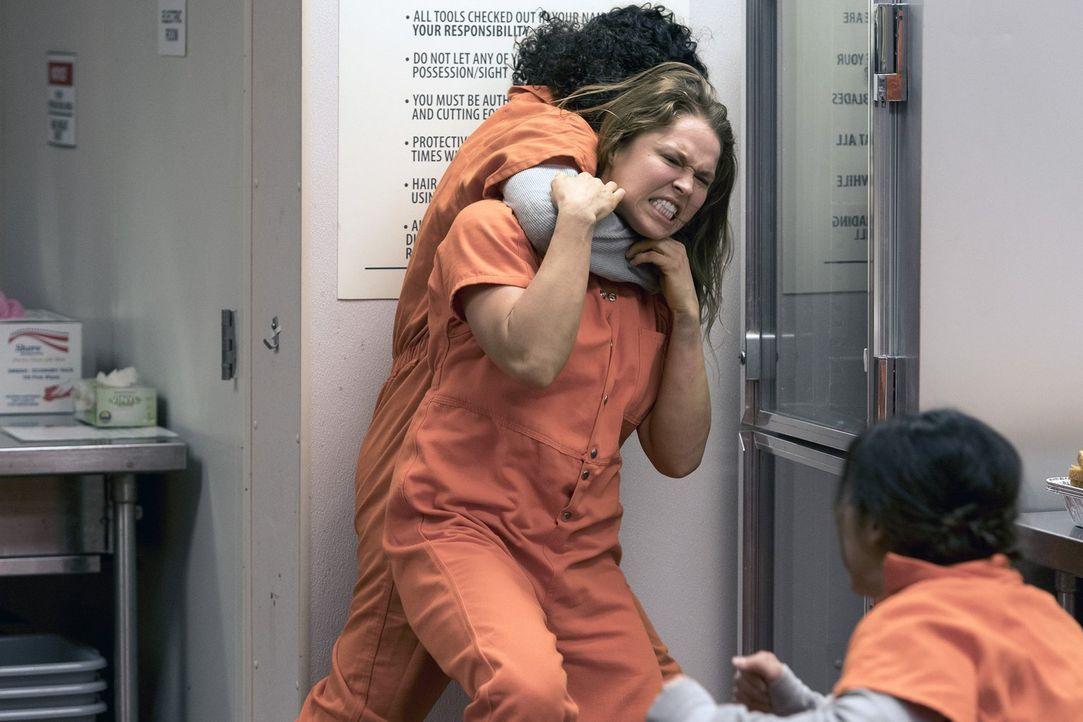 Im Gefängnis geht es gnadenlos zu. Vor allem Insassin Devon Penberthy (Ronda Rousey) eckt gerne an. Aber sie weiß auch, wie man kämpft ... - Bildquelle: 2016 Warner Brothers