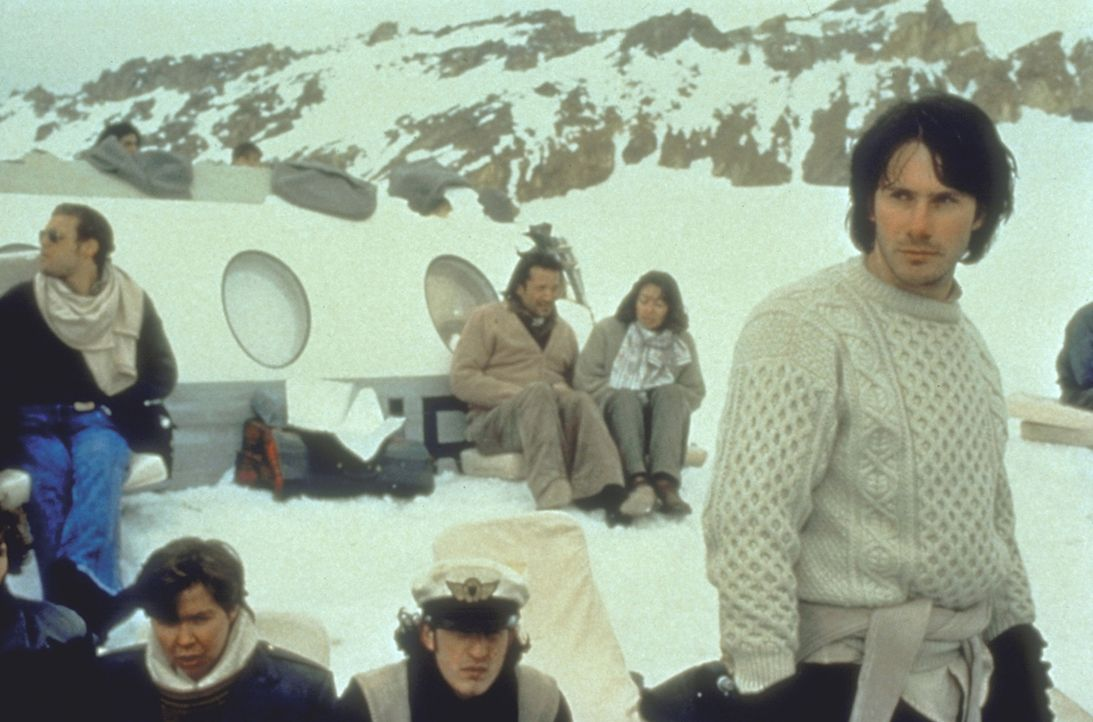 Über ein Funkradio erfahren die Überlebenden, dass die chilenische Regierung die Rettungsaktion aufgegeben hat ... - Bildquelle: Buena Vista Pictures