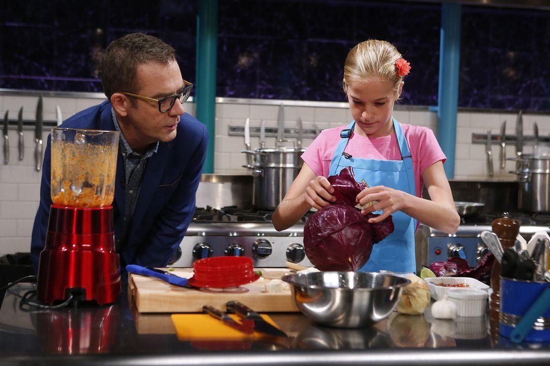 Ted Allen (l.) schaut der kleinen Küchenfee Emily (r.) beim Kochen über die Schulter: Wird sie die Jury mit ihrer Kreation aus Tofu, Ofentomaten und... - Bildquelle: Jason DeCrow 2015, Television Food Network, G.P. All Rights Reserved