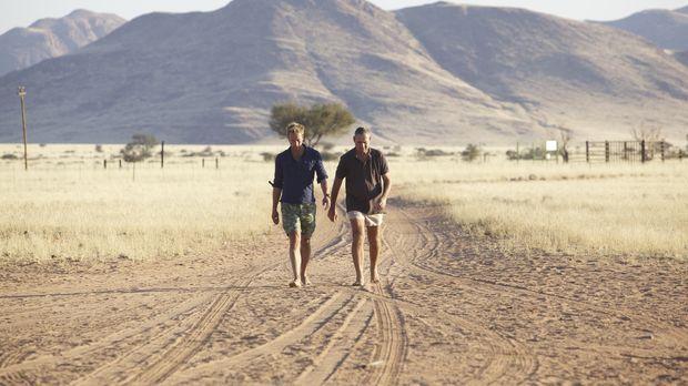 Im südafrikanischen Namibia trifft Ben Fogle (l.) auf Boesman (r.) ... © Rene...