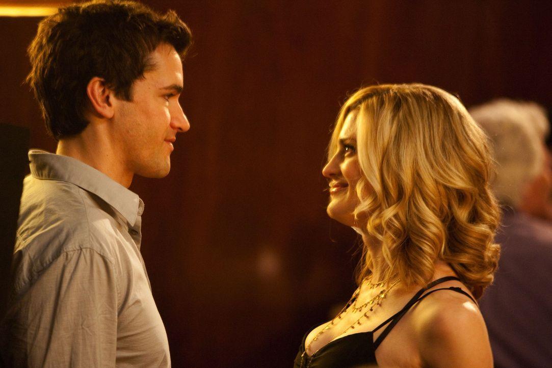 Deb (Brooke D'Orsay, r.) erinnert sich zurück an den Tag, an dem sie Grayson (Jackson Hurst, l.) in einer Bar kennengelernt hat ... - Bildquelle: 2009 Sony Pictures Television Inc. All Rights Reserved.