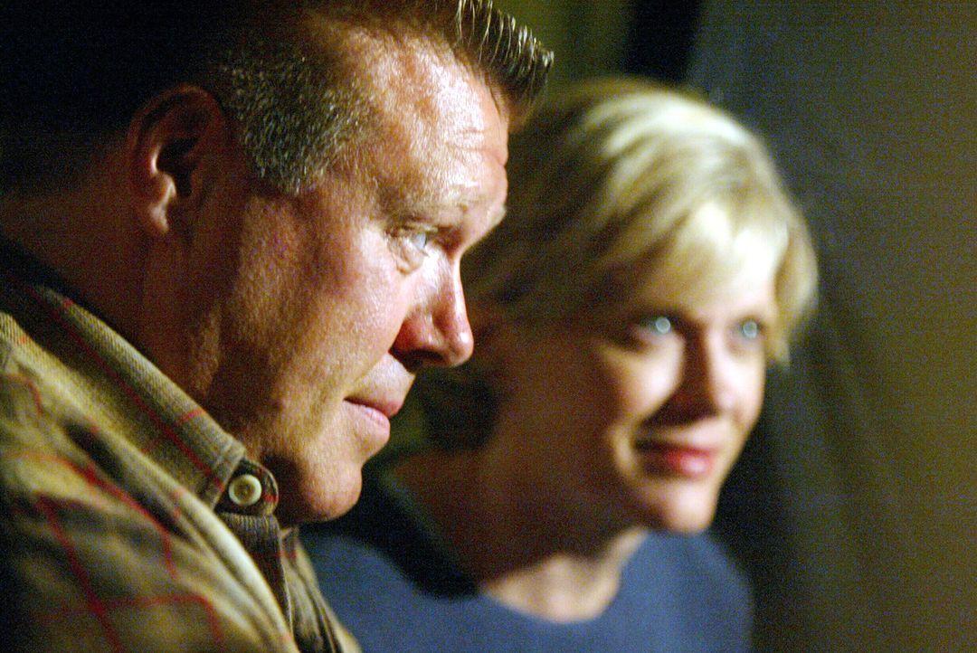 Wissen Brad (Joel McKinnon Miller, l.) und Mrs. Atwater (Loanne Bishop, r.) mehr über den ungeklärten Mord? - Bildquelle: Warner Bros. Television