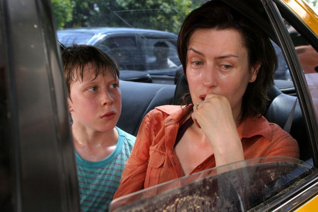 Kämpfen um das Leben von John: Kim Peabody (Gina McKee, r.) und ihr Sohn Adam (George MacKay, l.) ... - Bildquelle: Kerry Brown 2006 Home Box Office Inc. All Rights Reserved.