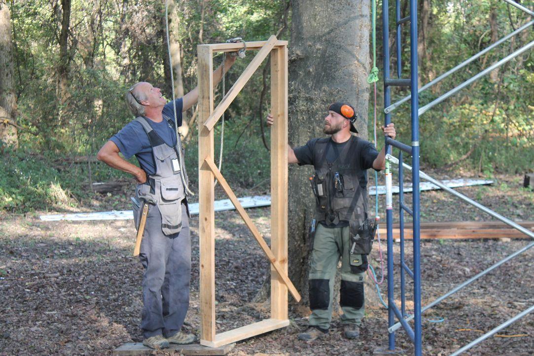 Um ihre Kunden glücklich zu machen, ist den Baumhaus-Helden B'fer (l.) und Ka-V (r.) kein Baum zu hoch: Dieses Mal stellen sie in West Memphis, Arka... - Bildquelle: 2016, DIY Network/Scripps Networks, LLC. All Rights Reserved.