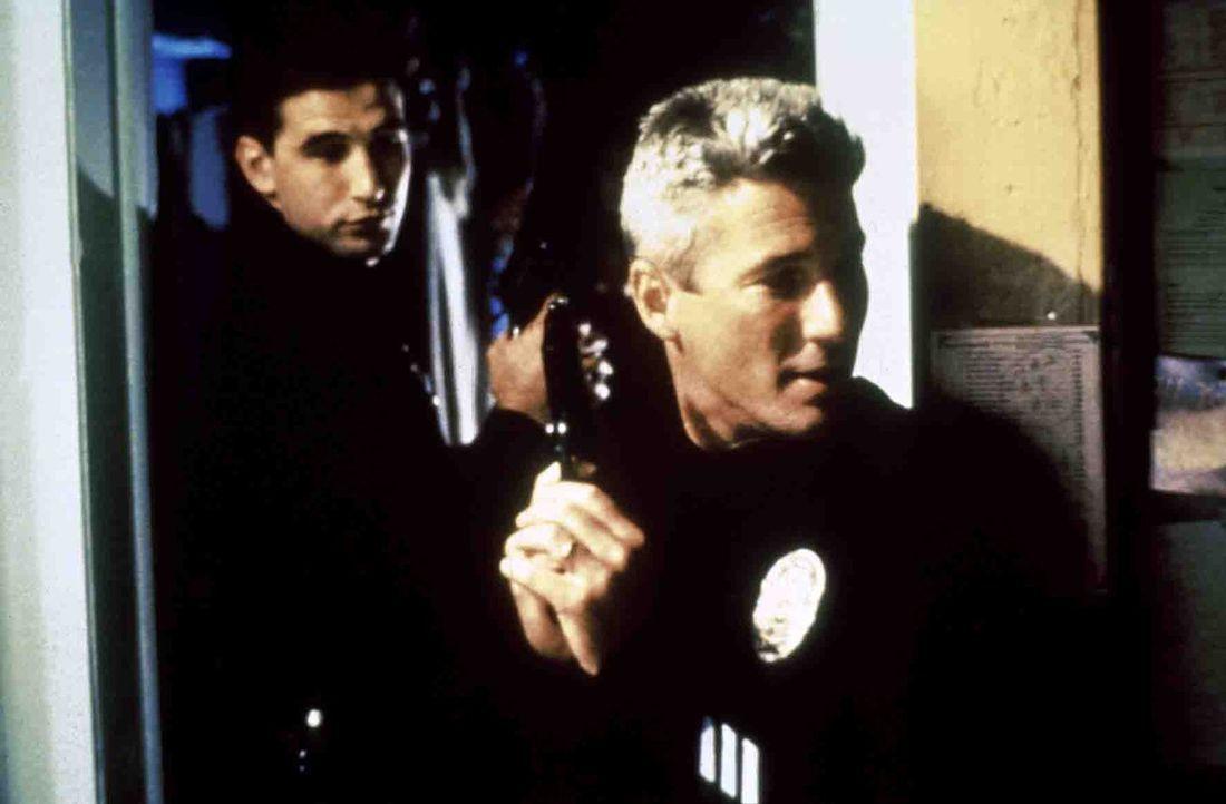 Der erfahrene Detective Dennis Peck (Richard Gere, r.) soll seinen jungen Kollegen Van Stretch (William Baldwin,l.) mit den gefährlichen Einsätzen... - Bildquelle: Paramount Pictures