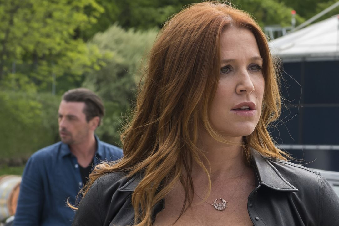 Überrascht darüber, Eddie (Skeet Ulrich, l.) wiederzusehen, erzählt Carrie (Poppy Montgomery, r.) Al, dass sie verheiratet waren, als sie in Florida... - Bildquelle: Jeff Neumann 2015, 2016 Sony Pictures Television Inc. All Rights Reserved.