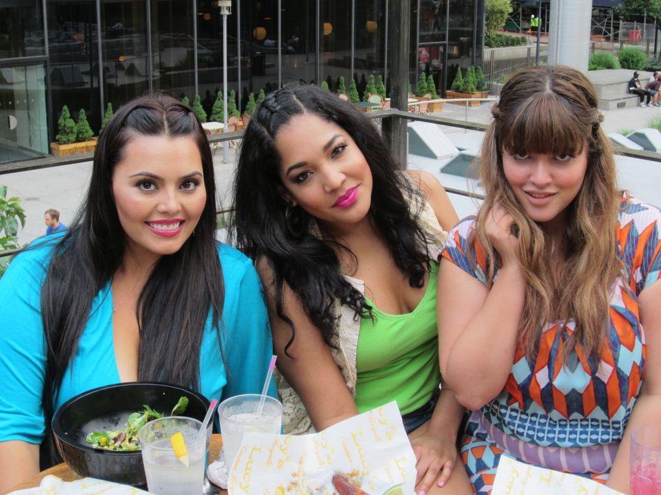 Selbst in ihrer freien Zeit unterhalten sich die Mädels meistens über das Modelbusiness: Rosie (l.), Lornalitz (M.) und Denise (r.) ... - Bildquelle: MMXII SiTv, Inc. All rights reserved.