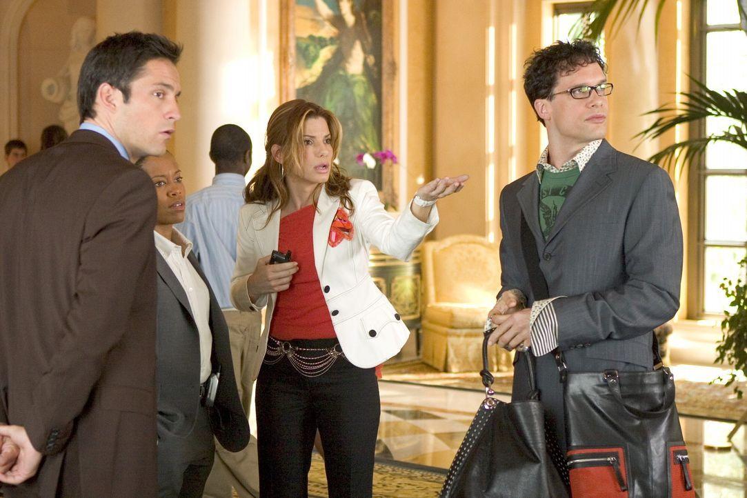 FBI-Angestellte Gracie Hart (Sandra Bullock, 2.v.r.) dient der Behörde nur noch als Aushängeschild und muss nun von Talkshow zu Talkshow durch gan... - Bildquelle: Warner Bros. Television