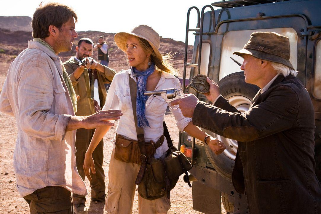 Zu spät wird Tess (Mira Sorvino, M.) und Sean (Scott Foley, l.) klar, dass der angesehene Archäologe Bill Vance (Kenneth Welsh, r.) über Leichen... - Bildquelle: 2008 Templar Productions (Muse) Inc. All Rights Reserved