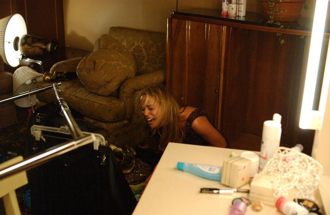 Lam Boden zerstört: Hegt Lynette Shaw (Elizabeth Berkley) tatsächlich Selbstmordgedanken? - Bildquelle: Warner Bros. Entertainment Inc.
