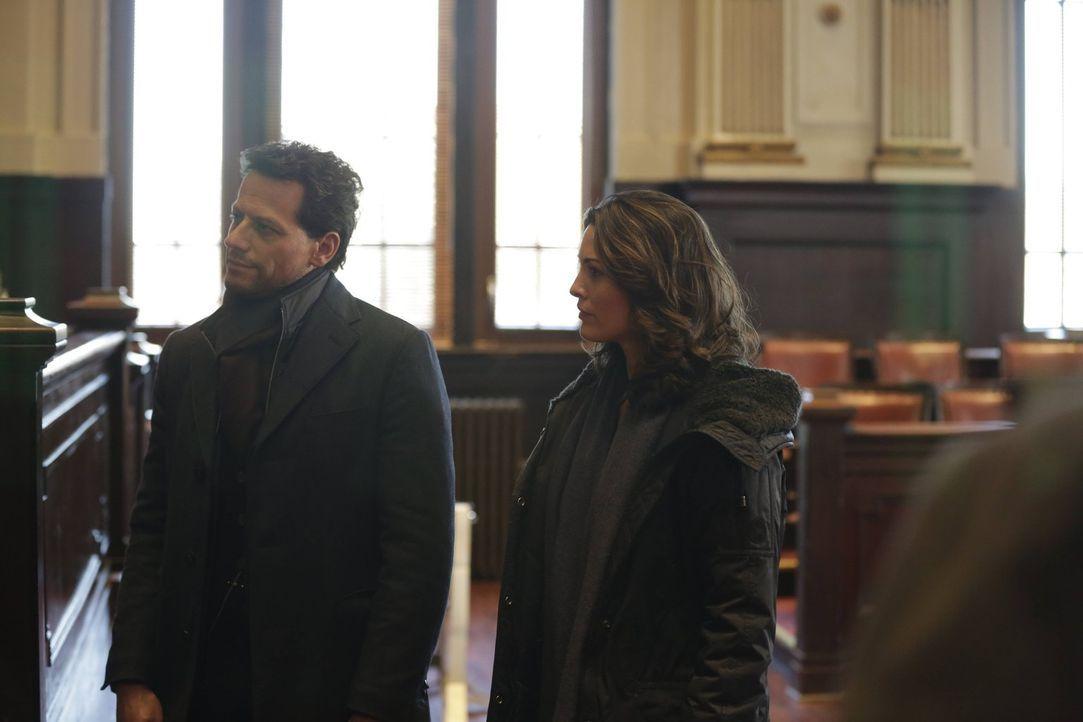 Die Enthüllungen, die auf Jo (Alana De La Garza, r.) und Henry (Ioan Gruffudd, l.) warten, betreffen nicht nur ihren aktuellen Fall ... - Bildquelle: Warner Bros. Television