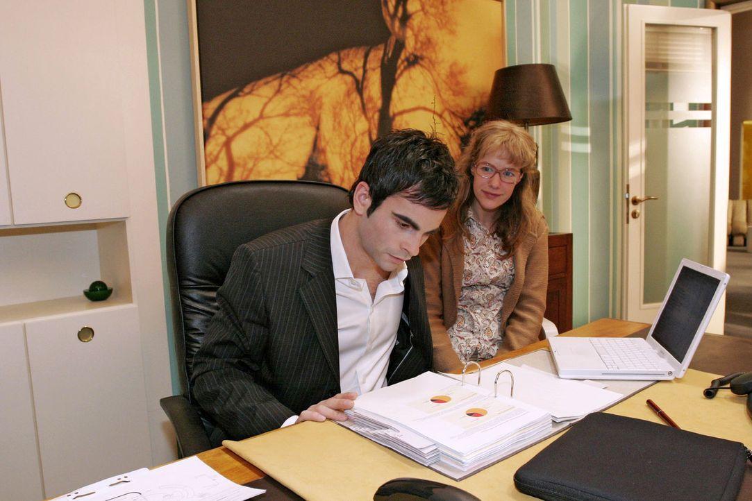 Als David (Mathis Künzler, l.) Lisa (Alexandra Neldel, r.) bittet, sich neben ihn zu setzen, ist sie aufgeregt - die Nähe zu David macht sie doch... - Bildquelle: Sat.1