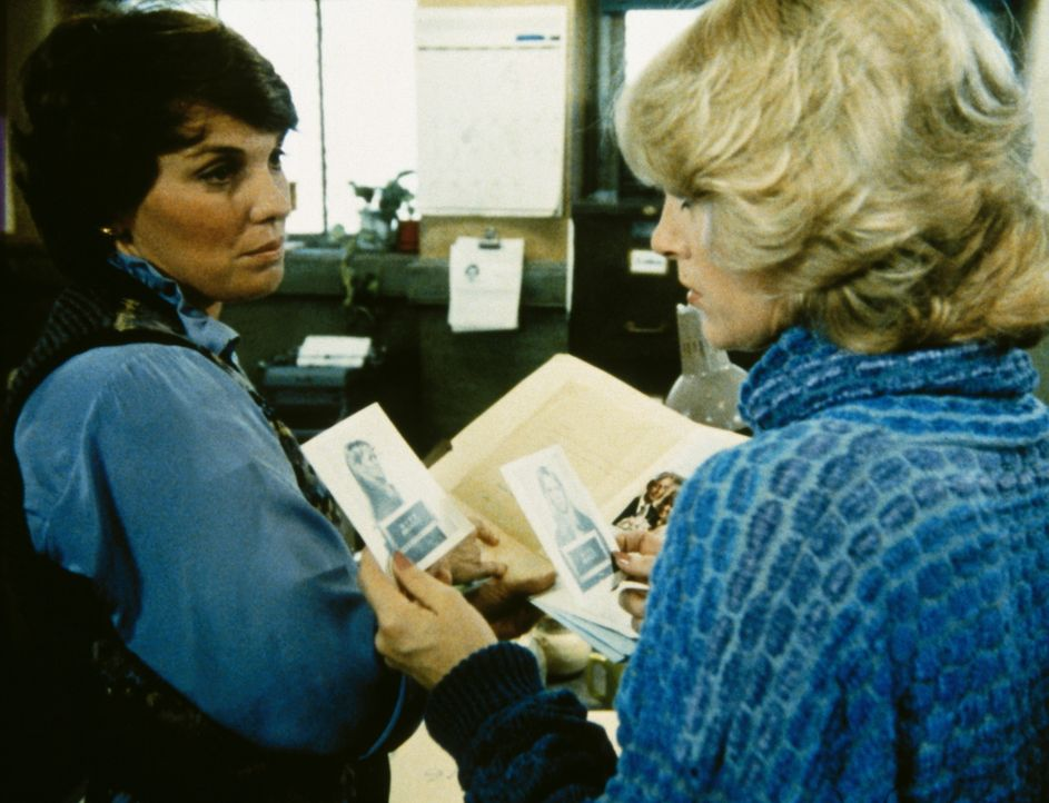 Aus alten Unterlagen erfahren Cagney (Sharon Gless, r.) und Lacey (Tyne Daly, l.), dass Julie Waits in Wirklichkeit die Prostituierte Donna Moline i... - Bildquelle: ORION PICTURES CORPORATION. ALL RIGHTS RESERVED.