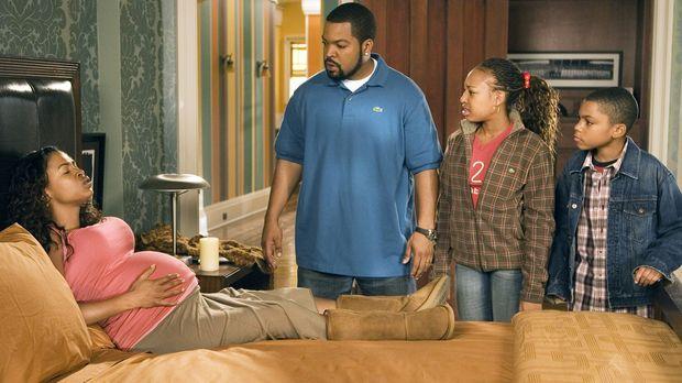 Die Familie (Nia Long, l., Aleisha Allen, 2.v.r., Philip Bolden, r.) wächst,...