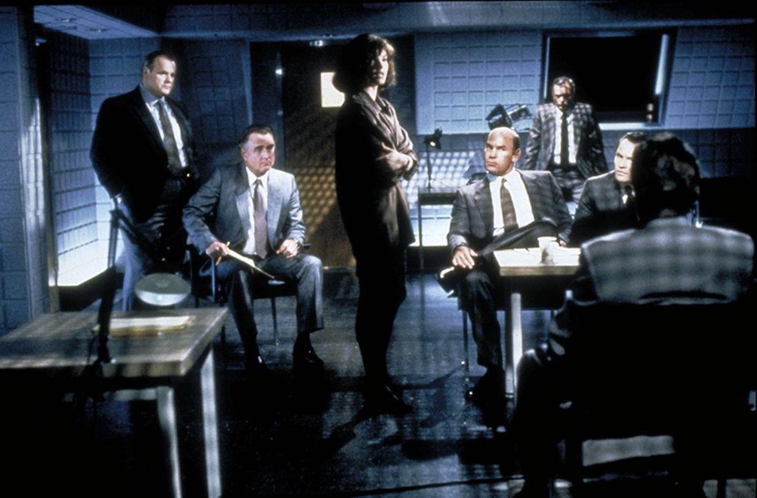 Die Experten der Mordkommission von San Francisco tappen im Fall des mysteriösen Eispickel-Killers im Dunkeln. - Bildquelle: 1992 Carolco Pictures Inc. and Le Studio Canal+ S.A. All Rights Reserved.