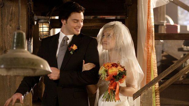 Da er Chloe (Allison Mack, r.) unbedingt persönlich zum Traualtar führen will...