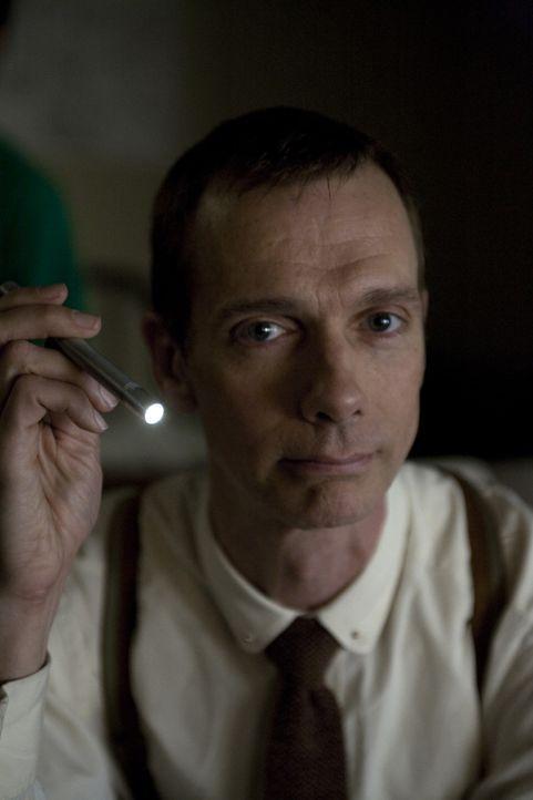 Niemand ahnt, dass Doktor Ranklin (Doug Jones) nicht derjenige ist, der er vorgibt zu sein ... - Bildquelle: 2009 Colton Productions, Inc. All Rights Reserved.