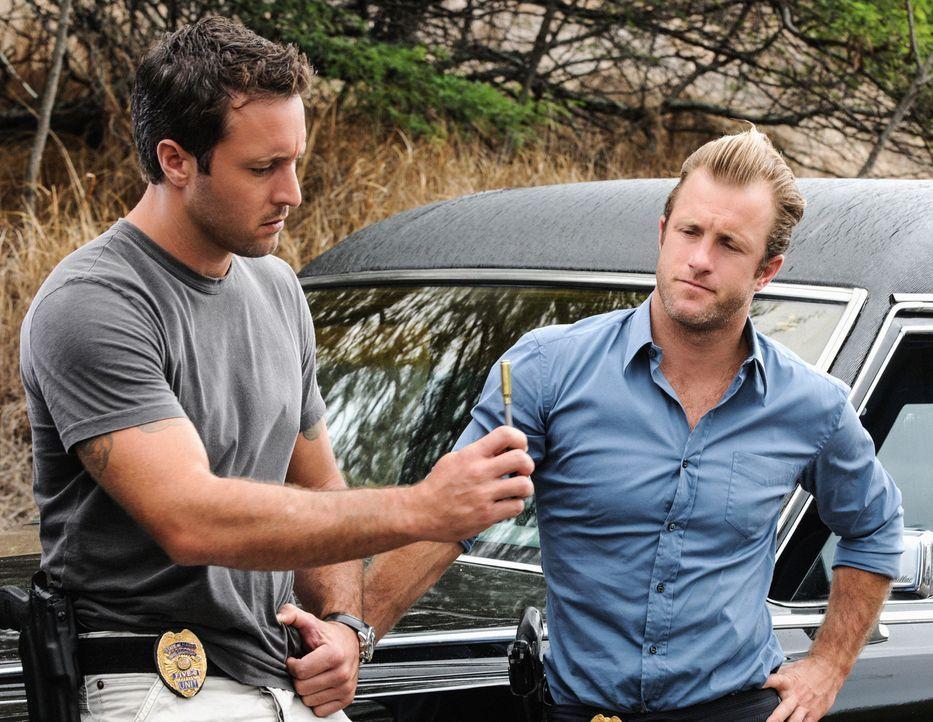 Steve (Alex O'Loughlin, l.) und Danny (Scott Caan, r.) ermitteln, als ein mysteriöser Mann aus Rache bestimmte Polizeibeamte ins Visier nimmt ... - Bildquelle: 2012 CBS Broadcasting, Inc. All Rights Reserved.