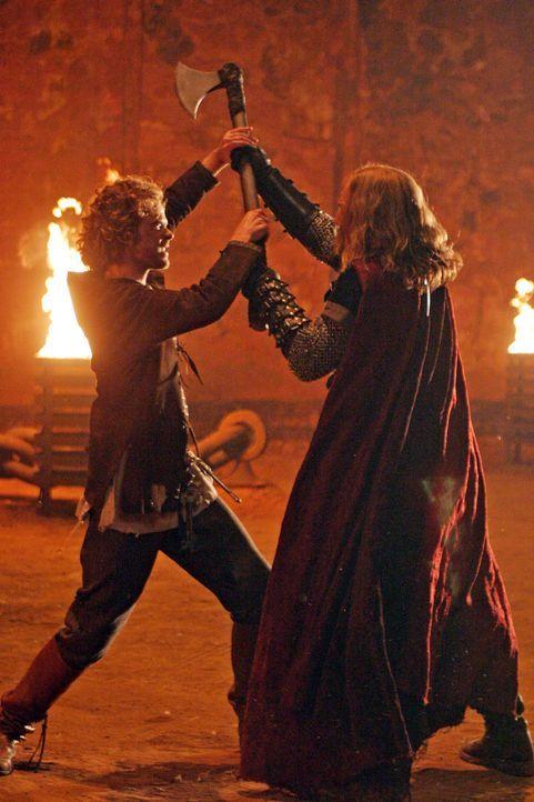 Zwischen Ged (Shawn Ashmore, l.) und König Tygath (Sebastian Roché, r.) entbrennt ein Kampf um Leben und Tod ... - Bildquelle: 2004 Hallmark Entertainment Distribution, LLC
