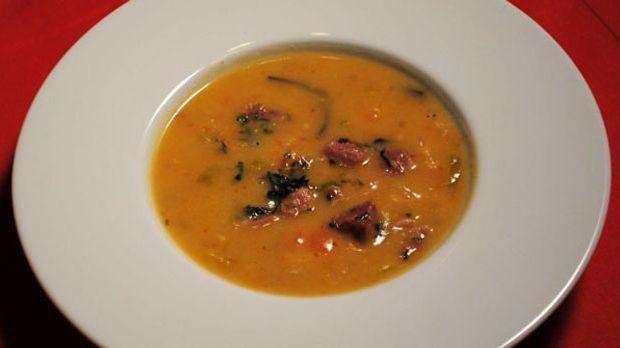 Das würzige Kassler sorgt für den deftigen Geschmack dieses Suppenklassikers.