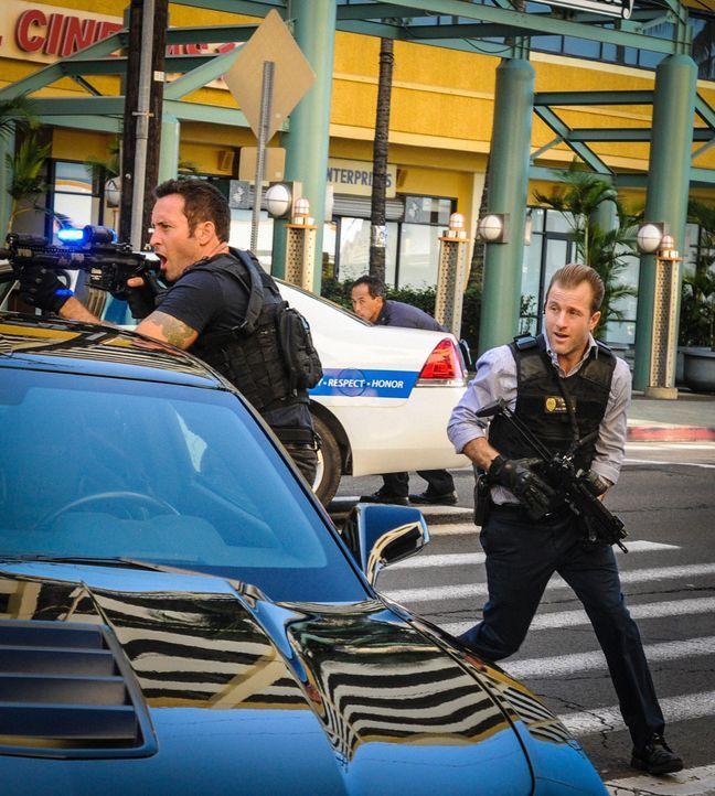 Als ein Massaker in einem OP stattgefunden hat, werden Steve (Alex O'Loughlin, l.), Danny (Scott Caan, r.) und das restliche Team dazugezogen, um de... - Bildquelle: Norman Shapiro 2016 CBS Broadcasting, Inc. All Rights Reserved