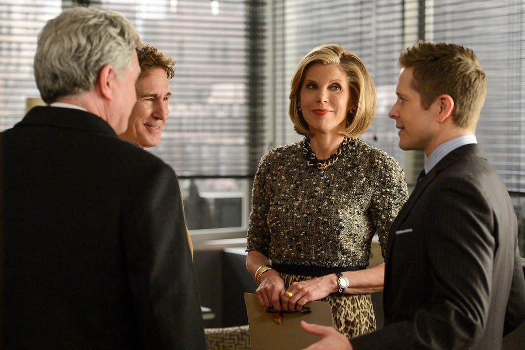 Diane (Christine Baranski, 2.v.r.) und Cary (Matt Czuchry, r.) sind mehr als erstaunt, als plötzlich Jeffrey (John Shea, 2.v.l.) vor der Tür der Kan... - Bildquelle: David Giesbrecht 2013 CBS Broadcasting, Inc. All Rights Reserved