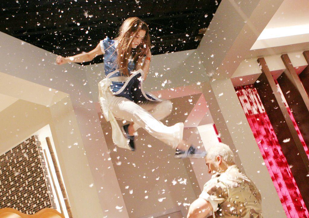 Die japanische Prinzessin Kasumi (Devon Aoki, l.) setzt sich im Kampf gegen die blondierte Kampfmaschine Leon (Silvio Simac, r.) durch. - Bildquelle: Constantin Film Verleih GmbH
