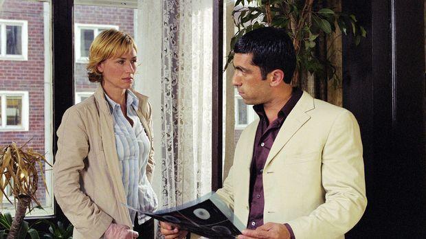 Eva (Corinna Harfouch, l.) soll mit Kollegen Alyans (Erdal Yildiz, r.) den Mo...