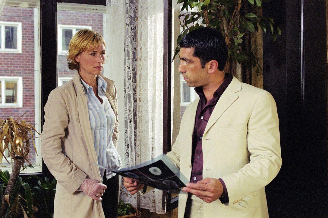 Eva (Corinna Harfouch, l.) soll mit Kollegen Alyans (Erdal Yildiz, r.) den Mordfall an einer exzentrischen Schauspielerin lösen. - Bildquelle: Volker Roloff Sat.1