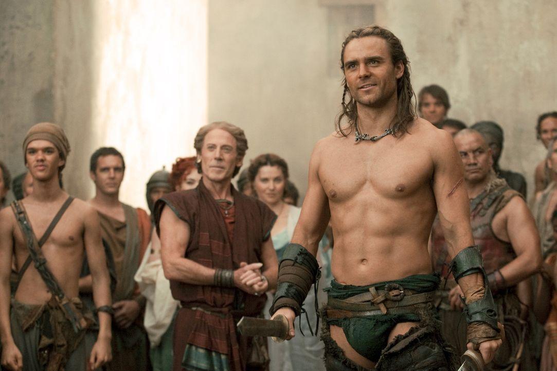 Um die Gunst eines einflussreichen Adeligen zu gewinnen, setzt Batiatus seinen besten Gladiator, Gannicus (Dustin Clare, vorne.), ein ... - Bildquelle: 2010 Starz Entertainment, LLC