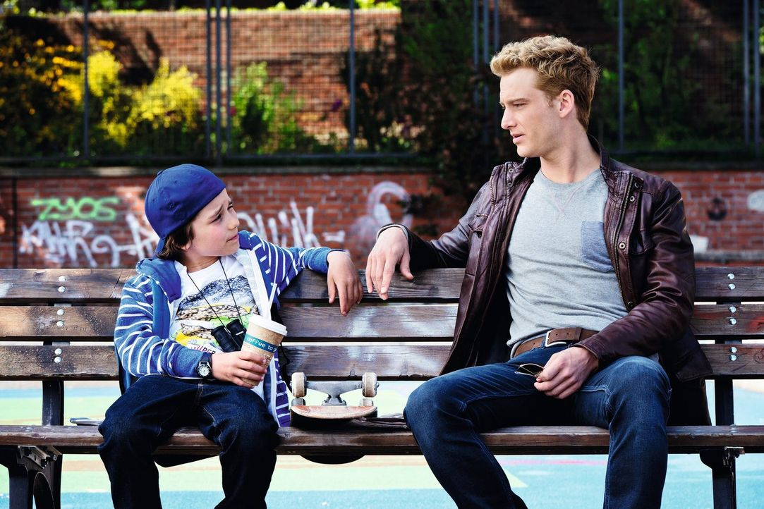 Kann Lisas Sohn Sammy (Jann-Piet Puddu, l.) Eddie (Alexander Fehling, r.) die entscheidenden Tipps geben, wie er bei seiner Mutter landen kann? - Bildquelle: Warner Brothers