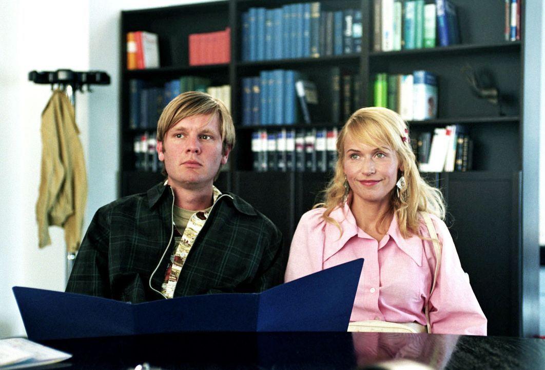 Katrin (Anica Dobra, r.) möchte mit Anfang 20 unbedingt Kinder. Da ihr Mann Martin (Kai Ivo Baulitz, l.) zeugungsunfähig ist, entschließen sich die... - Bildquelle: Sat.1