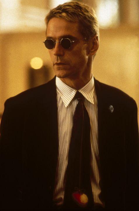 John McClane nimmt den Kampf gegen den Terroristen Simon (Jeremy Irons) auf ... - Bildquelle: 20th Century Fox