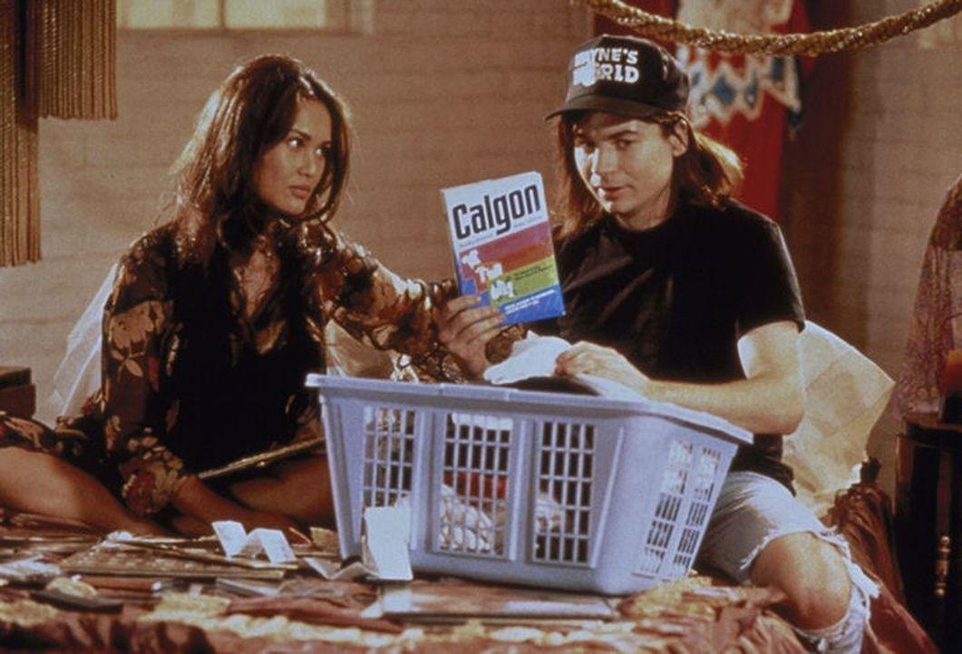 Cassandra (Tia Carrere, l.) und Wayne (Mike Myers, r.) haben einen schrecklichen Verdacht: Sollte Garth sein Lieblings-Aerosmith-Shirt gewaschen hab... - Bildquelle: Paramount Pictures