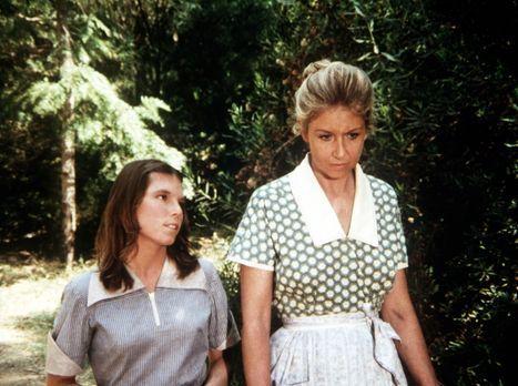 Die Waltons - Die unglückliche Vera (Lindsay V. Jones, l.) gesteht Olivia Wal...
