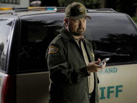 Harper's Island - Sheriff Charlie (Jim Beaver) bekommt einen Anruf von seinem...