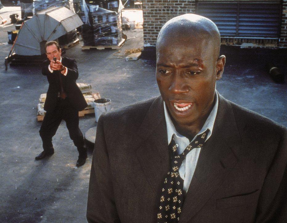 Der Ex-CIA-Agent Mark Sheridan (Wesley Snipes, r.) wird verdächtigt, zwei Morde begangen zu haben. Nach seiner Verhaftung soll er nach New York gefl... - Bildquelle: Warner Bros.