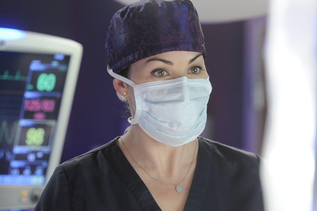 Kann eine O.P. wirklich helfen, Charlie aus dem Koma zurückzuholen? Oder wird Dr. Alex Reid (Erica Durance) auch der letzte Hoffnungsschimmer genomm... - Bildquelle: 2013 NBC Studios, LLC