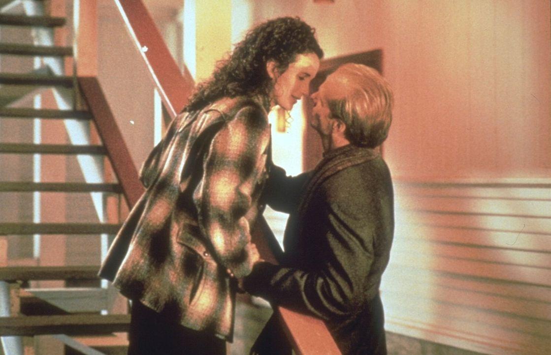 Zwischen der hübschen Dorothy (Andie MacDowell, l.) und dem attraktiven Frank (William Hurt, r.) entwickelt sich schon bald eine leidenschaftliche R... - Bildquelle: Warner Brothers