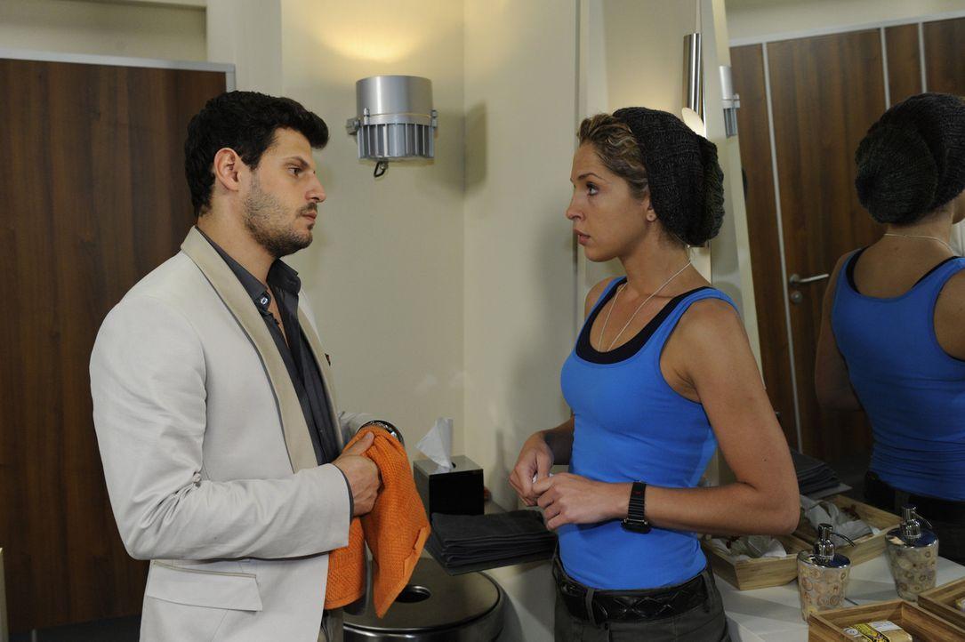 Nina (Maria Wedig, r.) beißt die Zähne zusammen, obwohl sie der Anblick des Kusses zwischen Luca (Manuel Cortez, l.) und Olivia schmerzt. Tapfer b... - Bildquelle: SAT.1